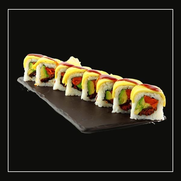 רול סושי צמחוני עם רצועות אבוקדו, בטטות מטוגנות ואגוזי פקאן סיניים